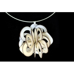 Roses & Fleurs Rose dentelle en tagua, ivoire végétal par Kokobelli