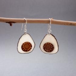 Boucles d'oreille ivoire végétal et pomme de pin Piña en tagua, ivoire végétal par Kokobelli