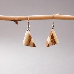 Boucles d'oreille ivoire végétal et pomme de pin Triangolo en tagua, ivoire végétal par Kokobelli