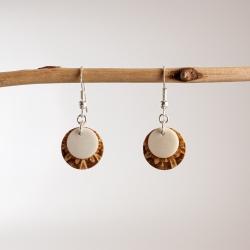 Boucles d'oreille ivoire végétal et pomme de pin Perlimpinipin en tagua, ivoire végétal par Kokobelli