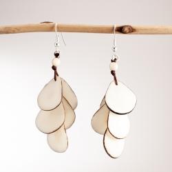 Boucles d'oreilles Cascades blanches en tagua, ivoire végétal par Kokobelli