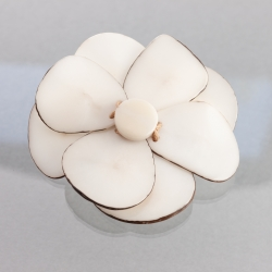 Broche Florina blanche en tagua, ivoire végétal par Kokobelli