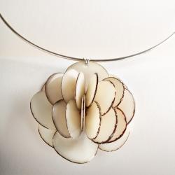 Collier Rose pendentif en tagua, ivoire végétal par Kokobelli