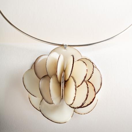 Roses & Fleurs en tagua, ivoire végétal - Collier Rose pendentif - kokobelli